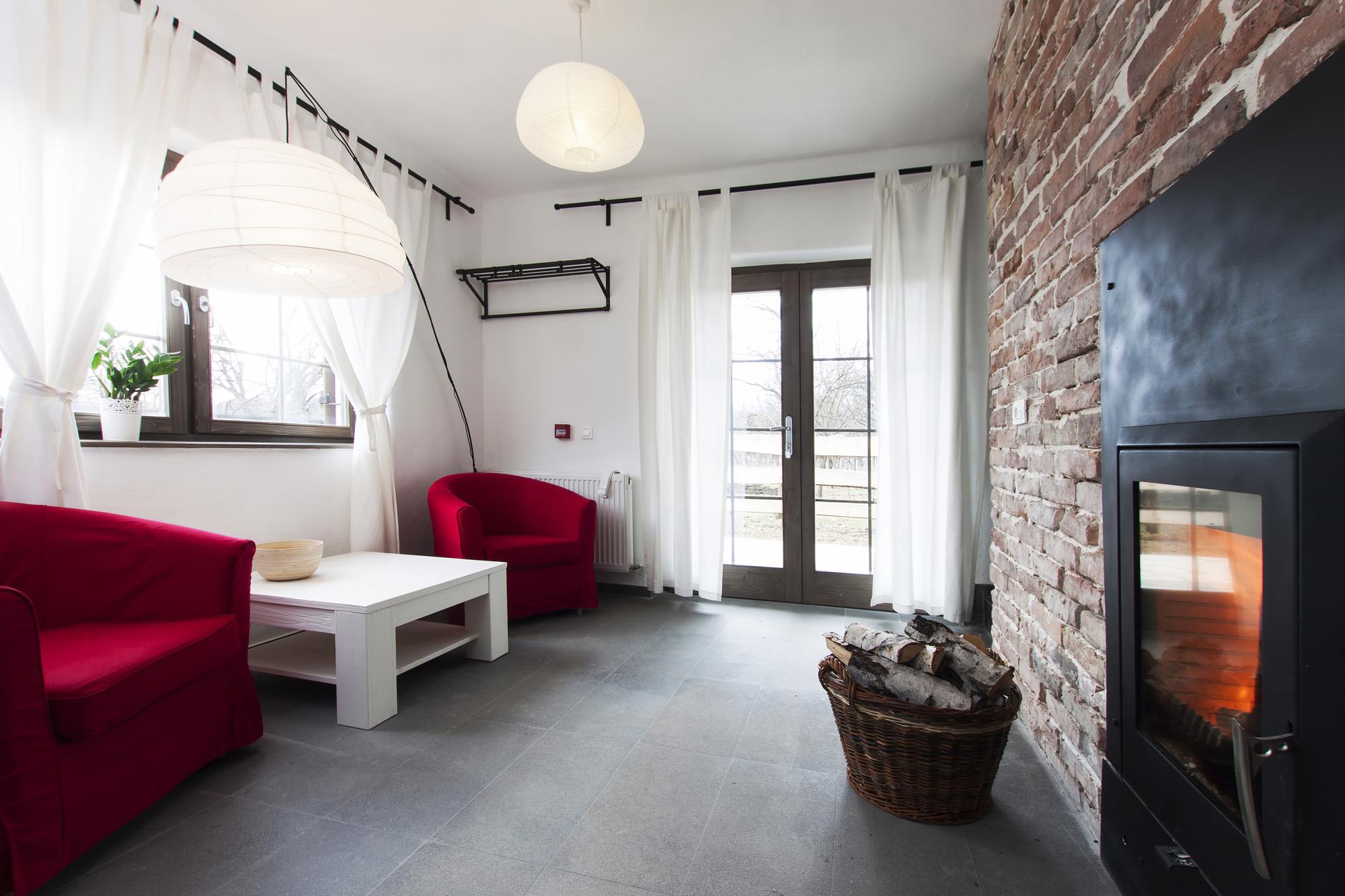 Salón con pared en piedra estilo rústico