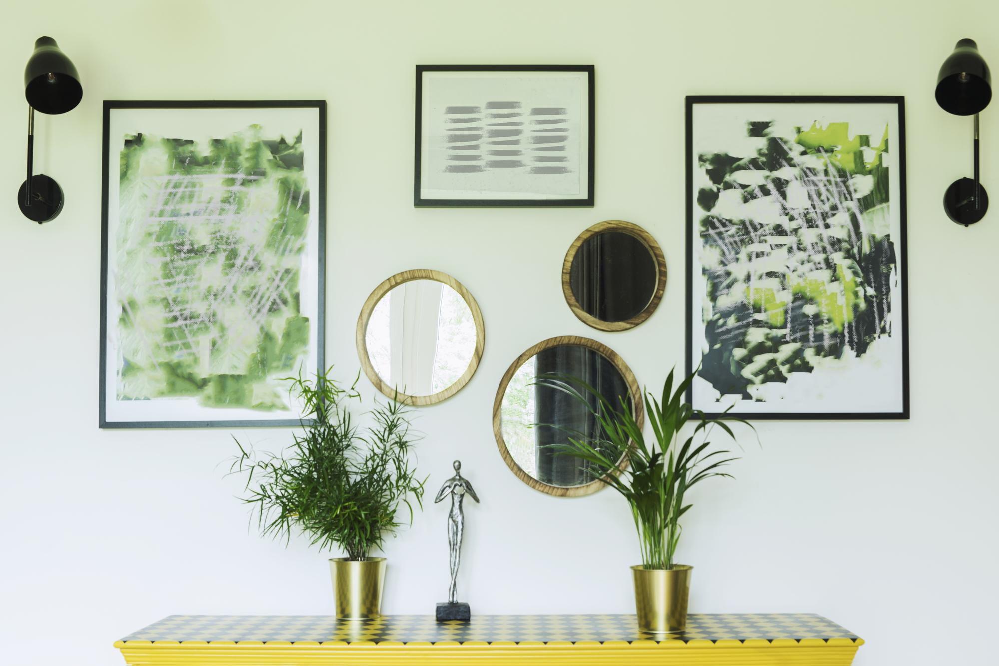 Espejos en pared de salón estrecho y alargado