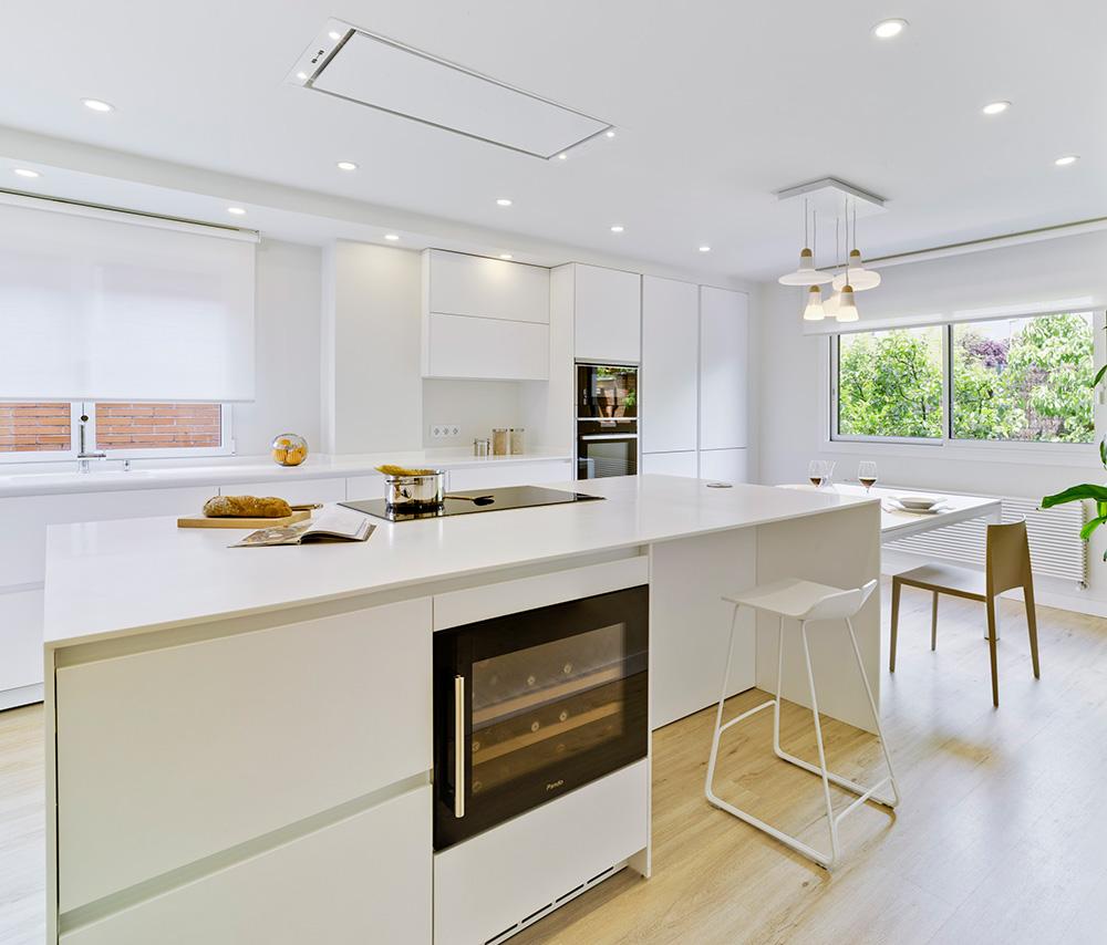 Cocina moderna blanca con isla