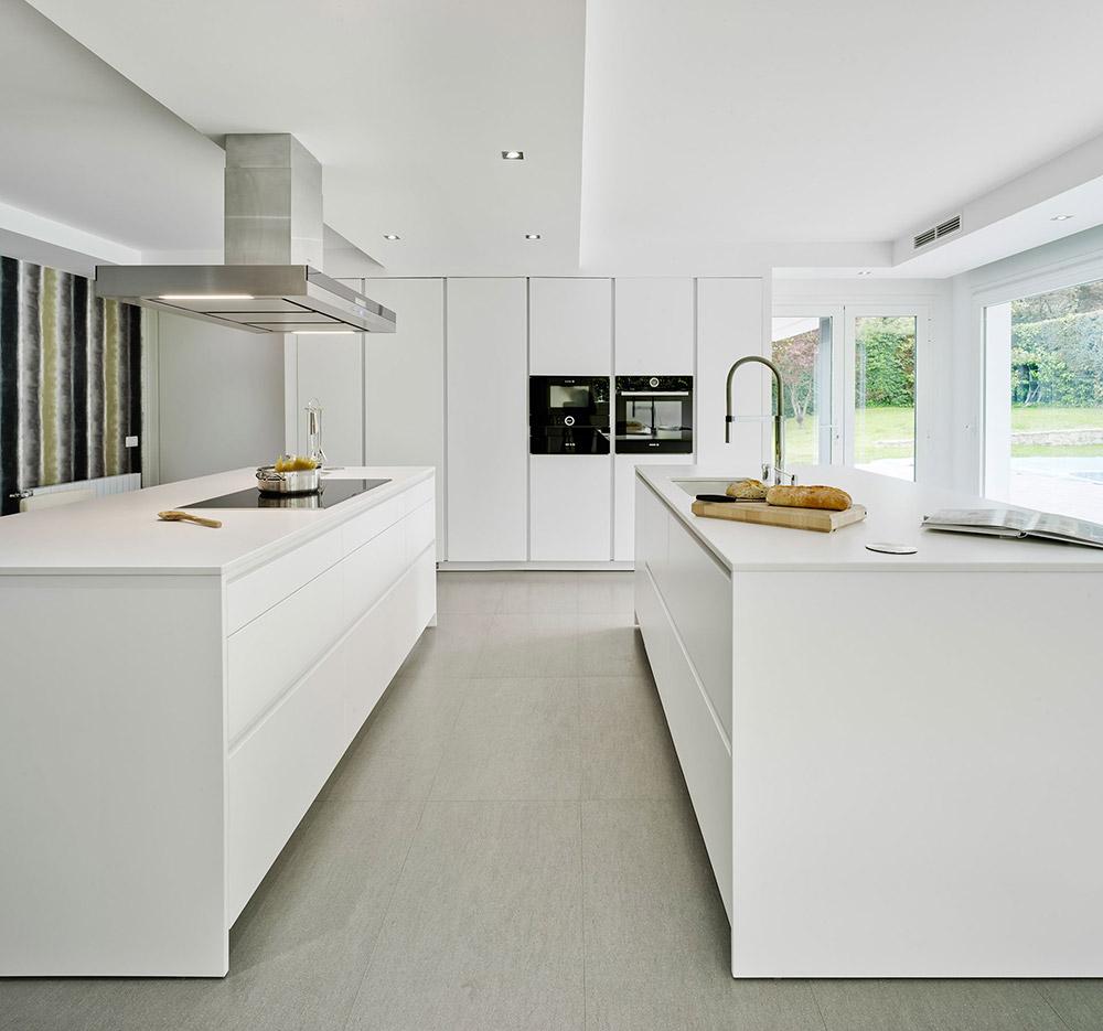Cocina blanca moderna suelo gris